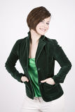Schöner Brunette im grünen Lächeln Stockfotos