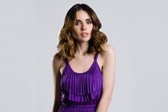 Schöner Brunette im violetten Kleid Lizenzfreies Stockbild