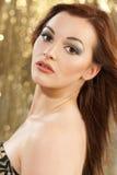 Schöner Brunette-junge Frau stockfoto