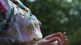 Schöner Brunette meditiert draußen und sitzt mit den Händen in gyan mudra Klugheit stock video
