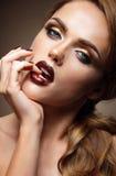 Schöner Brunette mit den roten Lippen Lizenzfreie Stockfotografie