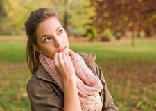 Schöner Brunette mit durchdachtem Ausdruck. Stockfotografie