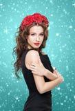 Schöner Brunette mit einem hellen roten Blumenstirnband Lizenzfreie Stockbilder