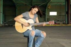 Schöner Brunette mit einer Gitarre (4) Stockfotos
