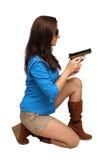 Schöner Brunette mit einer Pistole Lizenzfreie Stockfotos