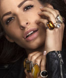 Schöner Brunette mit jawellery Stockfotografie