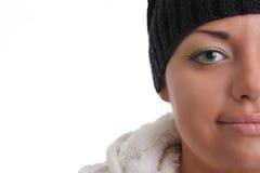 Schöner Brunette mit schwarzer Schutzkappe. Lizenzfreie Stockfotos