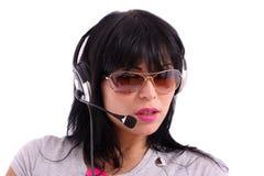Schöner Brunette mit Sonnenbrillen und Kopfhörer Stockbilder