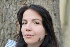 Schöner Brunette mit unterschiedlichem Augenfarbeheterochromia stockbild