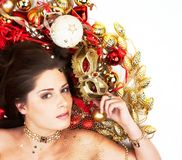 Schöner Brunette mit Weihnachtsdekoration Lizenzfreies Stockbild