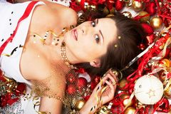 Schöner Brunette mit Weihnachtsdekoration Lizenzfreies Stockfoto