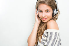 Schöner Brunette untergetaucht in der Musik, lächelnd Stockfoto