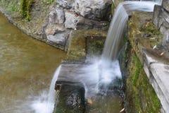 Schöner Brunnen im Park Stockbilder