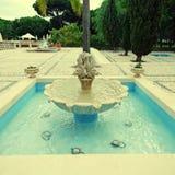 Schöner Brunnen im szenischen Kopfsteinpatio, Algarve, Portuga lizenzfreies stockfoto