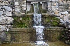 Schöner Brunnen mit einem Wasserfall Lizenzfreies Stockbild