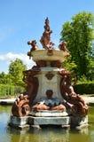 Schöner Brunnen mit kostbarer Skulptur in seiner Mitte in den schönen Gärten des Bauernhofes Art History Biology stockbilder