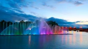 Schöner Brunnen nachts belichtet mit Blaulicht Vinnytsa stockbilder