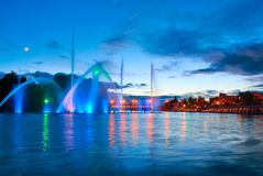 Schöner Brunnen nachts belichtet mit Blaulicht Vinnytsa lizenzfreie stockbilder