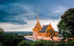 Schöner Buddhismustempel in Thailand Stockfotografie
