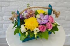 Schöner bunter Blumenstrauß mit exotischer Blume stockfotos
