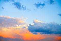Schöner bunter Sonnenaufgang mit drastischen Wolken und die Sonne, die in der Weinlese scheint, reden Panorama an Stockfoto