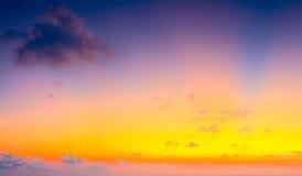 Schöner bunter Sonnenaufgang mit drastischen Wolken und die Sonne, die in der Weinlese scheint, reden Panorama an Lizenzfreies Stockbild