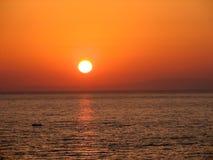 Schöner bunter Sonnenuntergang über dem Meer stockfotos