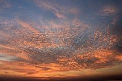Schöner bunter Sonnenuntergang über dem ruhigen See stockfotografie