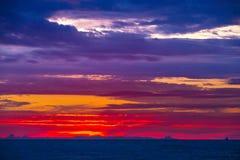 Schöner bunter Sonnenuntergang in Adler, Sochi, Russland Lizenzfreies Stockfoto
