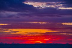 Schöner bunter Sonnenuntergang in Adler, Sochi, Russland Lizenzfreie Stockbilder