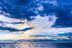 Schöner bunter Sonnenuntergang auf dem Schwarzen Meer, Sochi, Russland Stockfotos