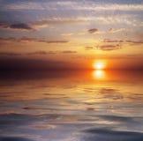 Schöner bunter Sonnenunterganghimmel und -ozean. Lizenzfreies Stockfoto