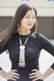Schöner Chinese das Mädchen im Yard seines Hauses stockfotos