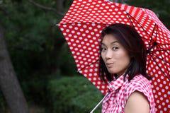Schöner Chinese, der geheimnisvoll lächelt Lizenzfreie Stockfotos