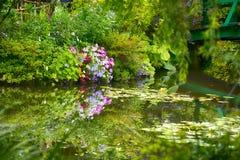 Schöner Claude Monet-` s Garten von Giverny, Lilien stauen Stockfotos
