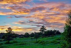 Schöner Colorado-Sonnenuntergang, der in den Wolken sich reflektiert lizenzfreies stockbild