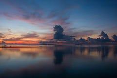Schöner Dämmerungs-Himmel und Wolken in dem Meer stockfoto