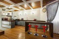 Schöner Dachboden, offene Küche Lizenzfreie Stockfotografie