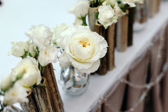 Schöner Dekor an der Hochzeit Blumen auf dem Hintergrund der Tischdecke Rote und gelbe Farben Lizenzfreie Stockfotografie