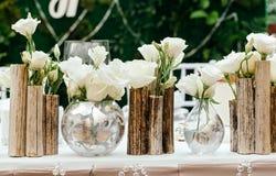 Schöner Dekor an der Hochzeit Die Blumen auf dem Hintergrund der Bretter Nahaufnahme Lizenzfreie Stockfotografie