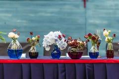 Schöner Dekor an der Hochzeit Die Blumen auf dem Hintergrund der Bretter werden im Türkis color-2 gemalt Lizenzfreie Stockfotos