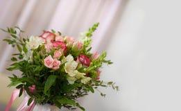 Schöner dekorativer Blumenstrauß von Rosen Stockbild