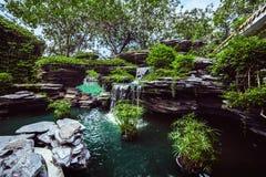 Schöner dekorativer Brunnen auf den Felsen Stockfoto