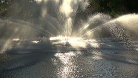 Schöner dekorativer Brunnen auf Flusswasser stock video footage