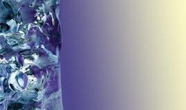 Schöner dekorativer eisiger Hintergrund Kristallelement des gefrorenen Wassers auf violettem beige Steigungshintergrund Nahaufnah Stockbilder
