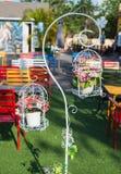 Schöner dekorativer Käfig mit schönen Blumen Lizenzfreies Stockfoto