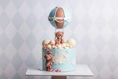 Schöner dekorativer Kuchen für ein Kind Bären fliegen in einen Ballon Konzept von Nachtischen für Geburtstag Stockbilder