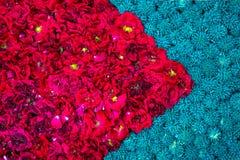 Schöner diagonaler heller Blumenhintergrund gemacht vom gelben marig stockfotografie