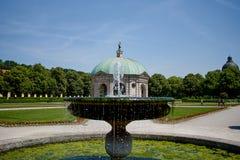 Schöner Diana-Tempel Dianatempel und ein Brunnen in zentralem München-` s Hofgarten lizenzfreie stockfotos