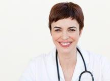 Schöner Doktor, der an der Kamera lächelt stockbilder